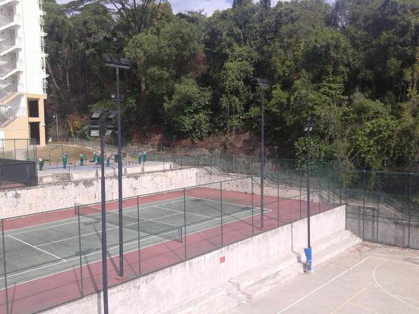 A tennis court and a sports playground. There is one more tennis plus two basketball courts that are not visible. Теннисный корт и площадка. Есть также еще один теннисный и два баскетбольных корта, которые не видно.