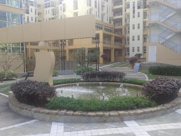 Fountain with flower bed. Фонтан с клумбой.
