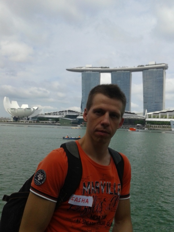 Me with the Marina Bay Sands in the background. Я на фоне отеля Марина Бэй Сэндс.